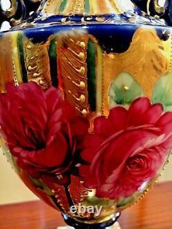 Paire Antique Urn Vases Main Peinte En Cobalt Bleu Or Doré Et Décoration Florale